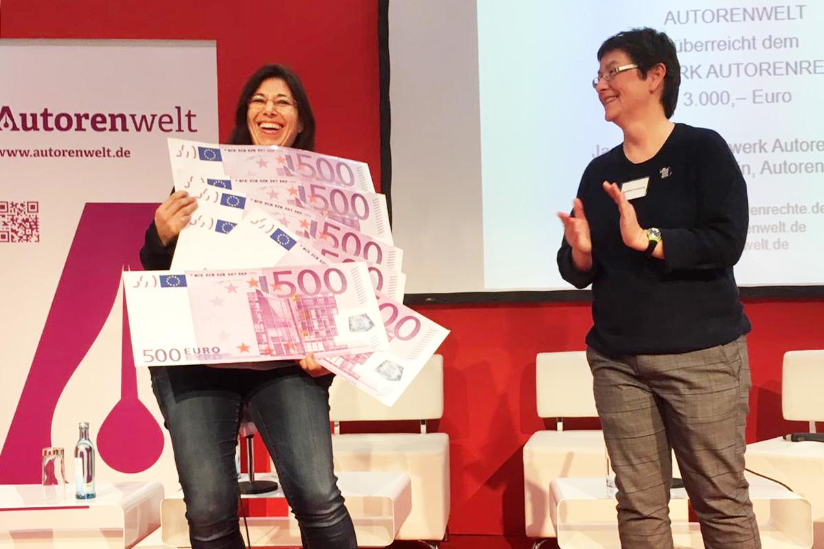 Janet Clark vom Netzwerk Autorenrechte und Sandra Uschtrin von der Autorenwelt bei der Geldübergabe auf der Leipziger Buchmesse 2019