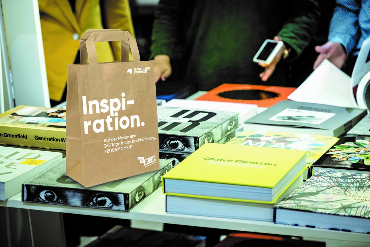 Frankfurter Buchmesse. Buchverkauf-Tüte mit Kampagnen-Motiv »Inspiration. Auf der Messe und 365 Tage im Buchhandel.«