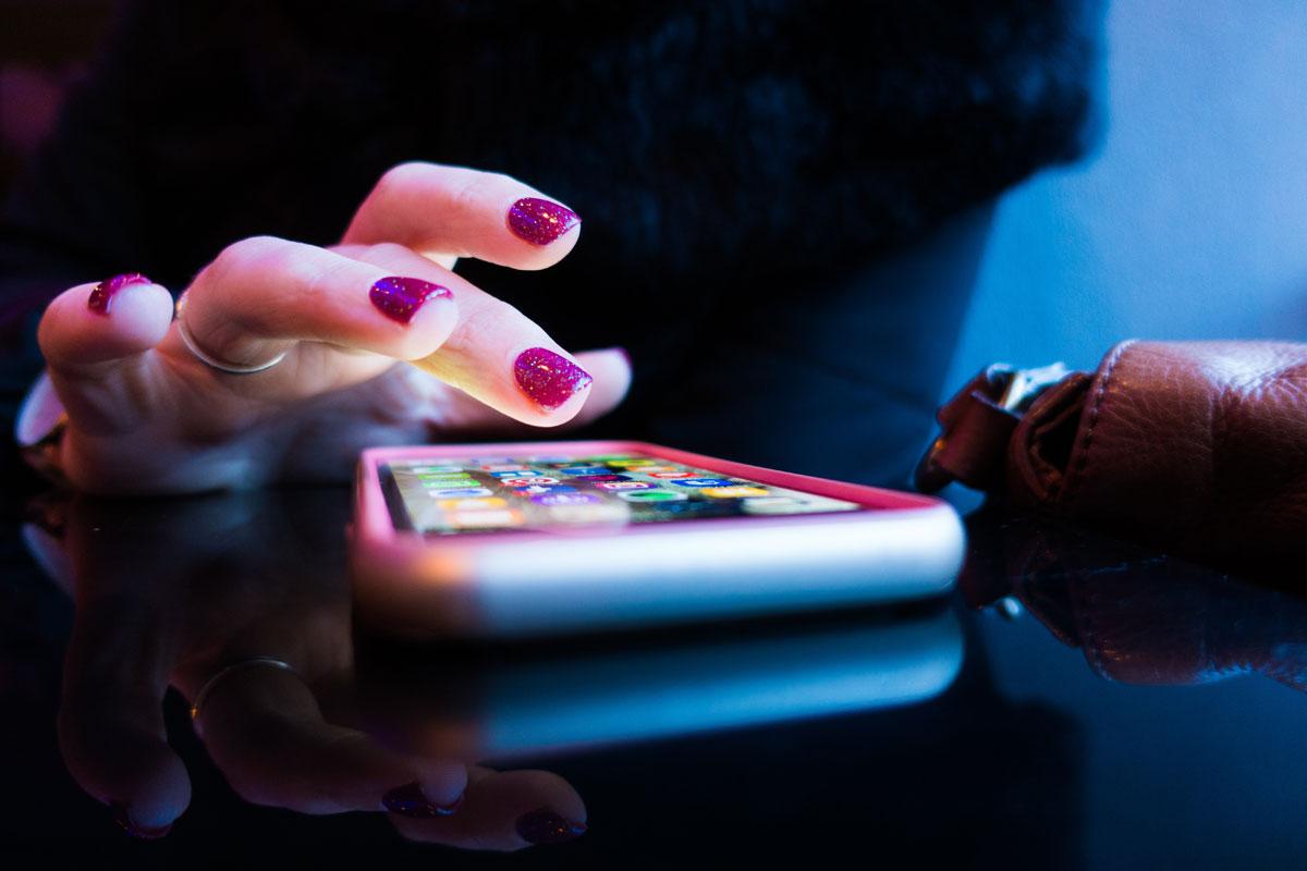 Abgebildetes Smartphone mit Hand als Symbolfoto zu Waldscheidts App-Tipps