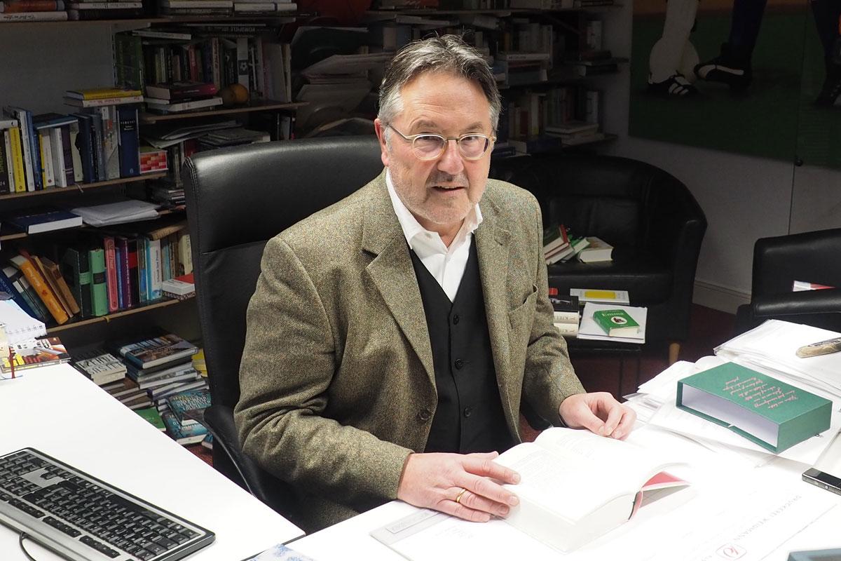 Dr. Rainer Moritz an seinem Schreibtisch