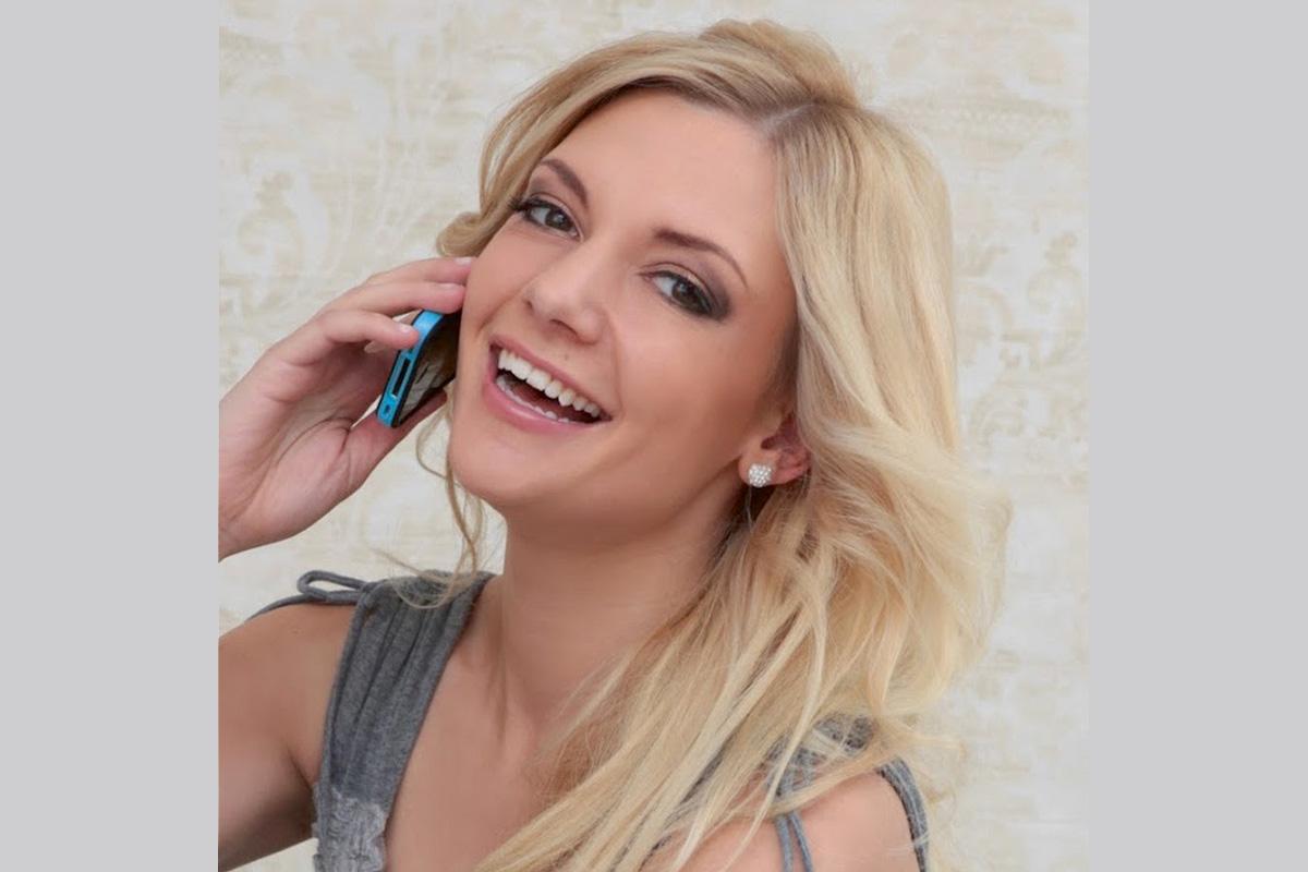 Nina MacKay mit Handy am Ohr