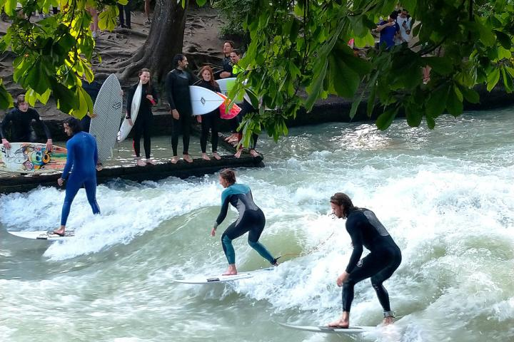 Auf dem Wasser surfen oder durch die Welt der Buchstaben - fast alles ist in München möglich