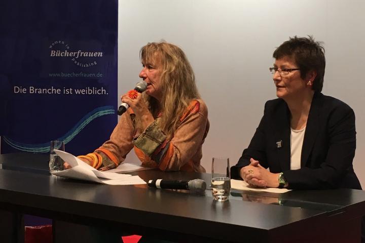 Shirley Michaela Seul und Sandra Uschtrin während der Ehrung zur BücherFrau des Jahres 2019 auf der Frankfurter Buchmesse
