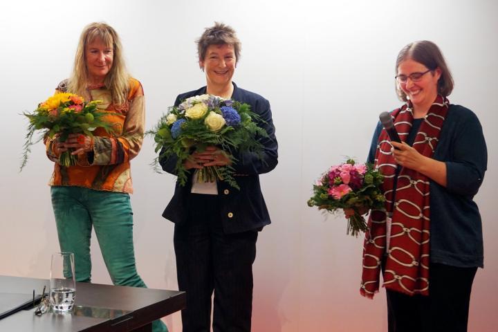 Shirley Michaela Seul, Sandra Uschtrin und Jana Stahl während der Ehrung zur BücherFrau des Jahres 2019 auf der Frankfurter Buchmesse