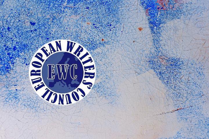 Logo des EWC auf blauem Hintergrund