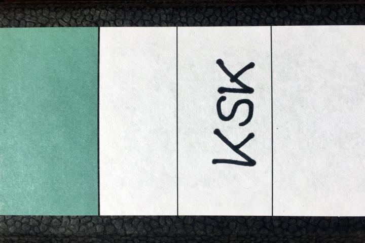 Aktenordner mit Beschriftung für die Künstlersozialkasse (KSK)