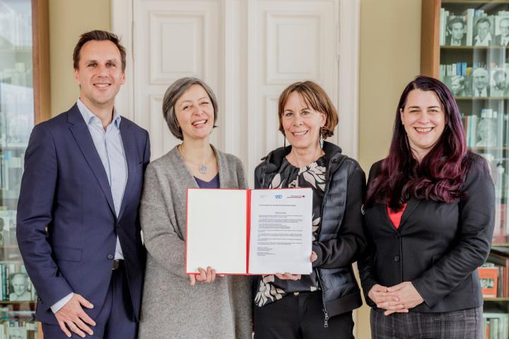 VdÜ und Börsenverein beim Unterzeichnen des neuen Normvertrags 2019