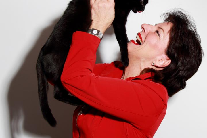 Foto von Evelin Knauß mit schwarzer Katze, copyright Harald Reiss