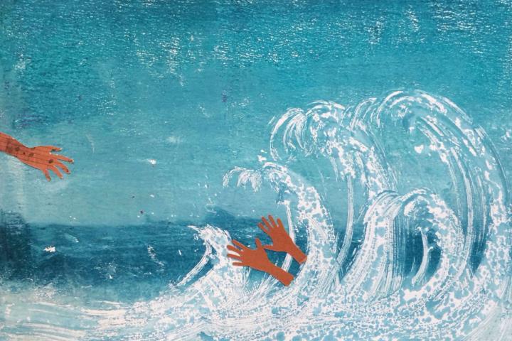 Zwei Hände ragen aus einer tosenden Welle heraus, eine weitere Hand versucht nach ihnen zu greifen