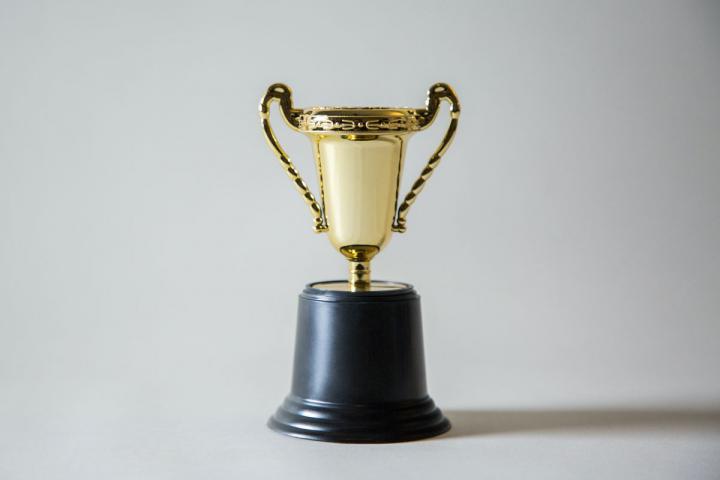 Ein kleiner Pokal als Sinnbild für Stipendien und Preisgelder für Autorinnen und Autoren