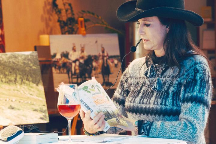 Autorin Julia Behringer mit Cowboyhut bei einer Lesung
