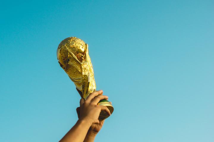 Hochgehaltener Pokal als Sinnbild zum Artikel Preiswürdig