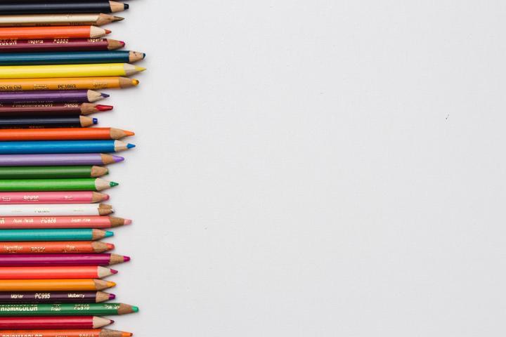 Ansammlung verschiedenfarbiger Buntstifte