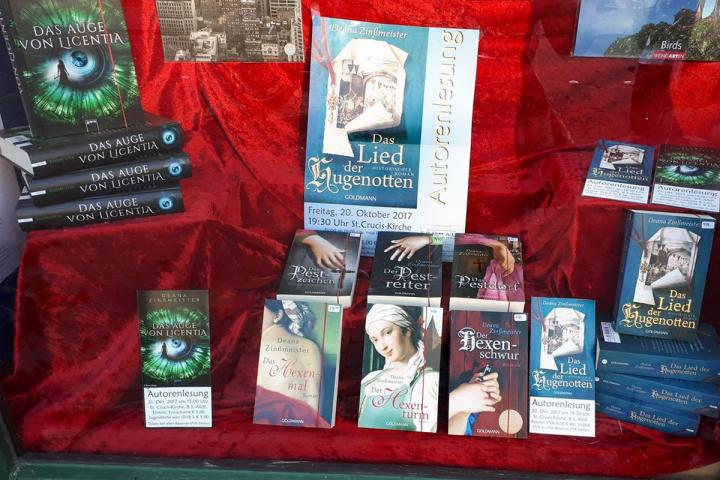 Schaufenster einer Buchhandlung mit Büchern von Deana Zinßmeister