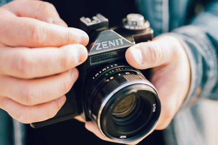 Fotokamera in den Händen eines Fotografen
