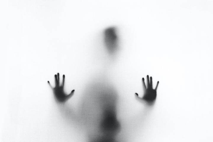Mensch hinter Milchglas
