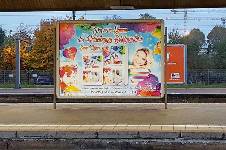 Werbeplakat auf Bahnsteig